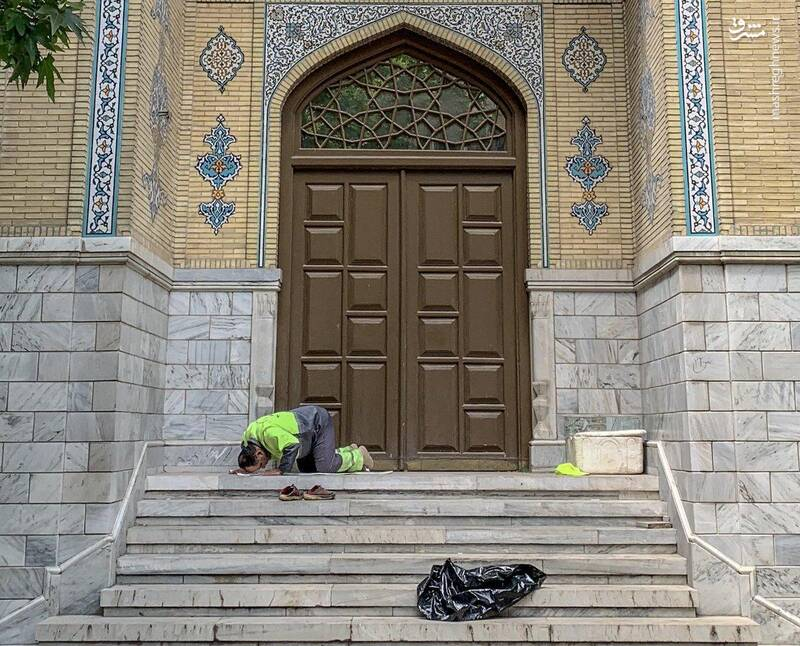 نماز اول وقت یک پاکبان+عکس