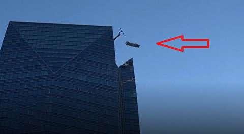 لحظات دلهره آور نجات دو مرد از سازه آسمانخراش