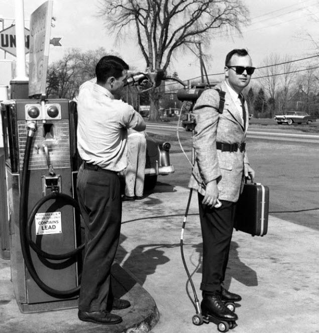 پر کردن باک اسکیت در کنار پمپ بنزین