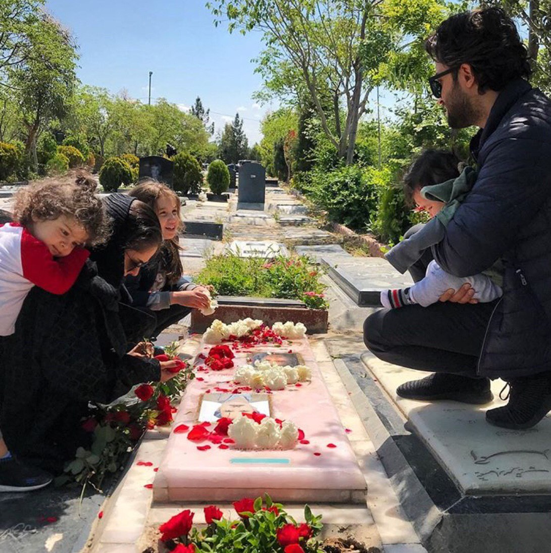 بنیامین بهادری در مزار همسر مرحومش + عکس