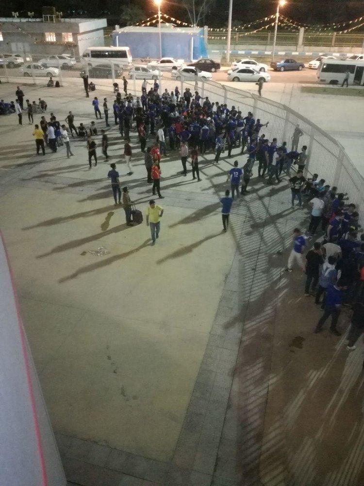 تصویری از تماشاگران داماش بیرون از ورزشگاه اهواز