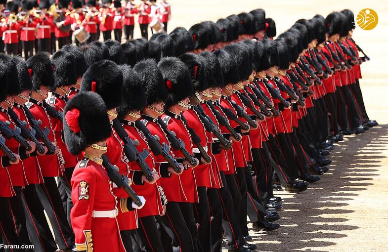 غش کردن دو سرباز گارد ملکه انگلیس +عکس