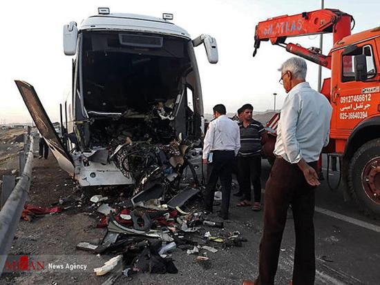 تصادف مرگبار اتوبوس و تریلی در اتوبان کاشان+عکس