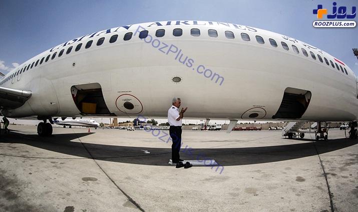 نماز خلبان در کنار هواپیما+عکس