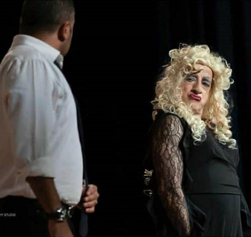 خمسه با پوشش زنانه در تئاتری در آمریکا +عکس