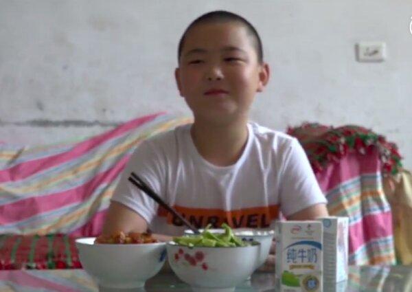 داستان پسری که برای نجات جان پدرش، غذا میخورد +عکس