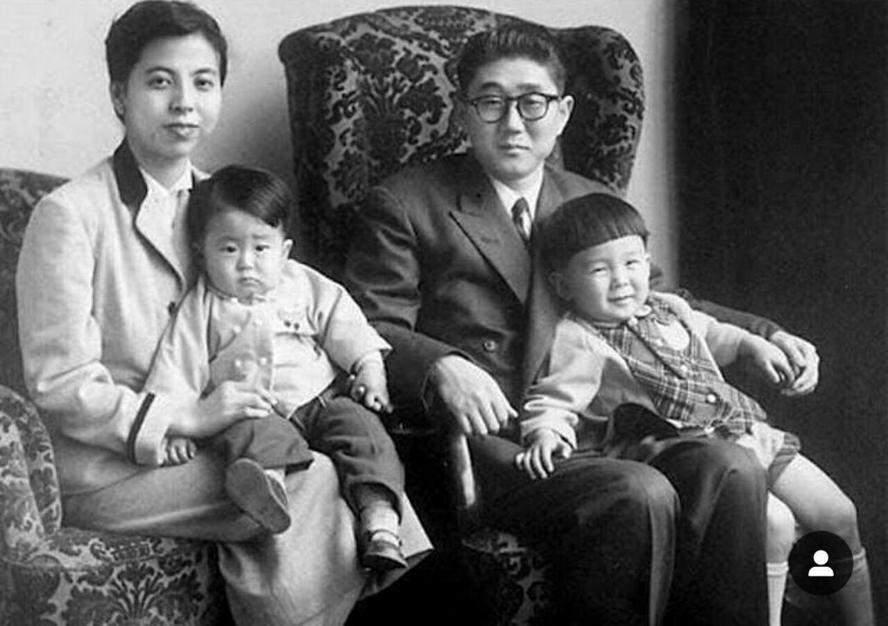 تصویری از کودکی آبه شینزو در آغوش مادرش