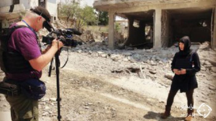 حضور گروه تلویزیونی با لباس تروریستها در محل جنایت +عکس