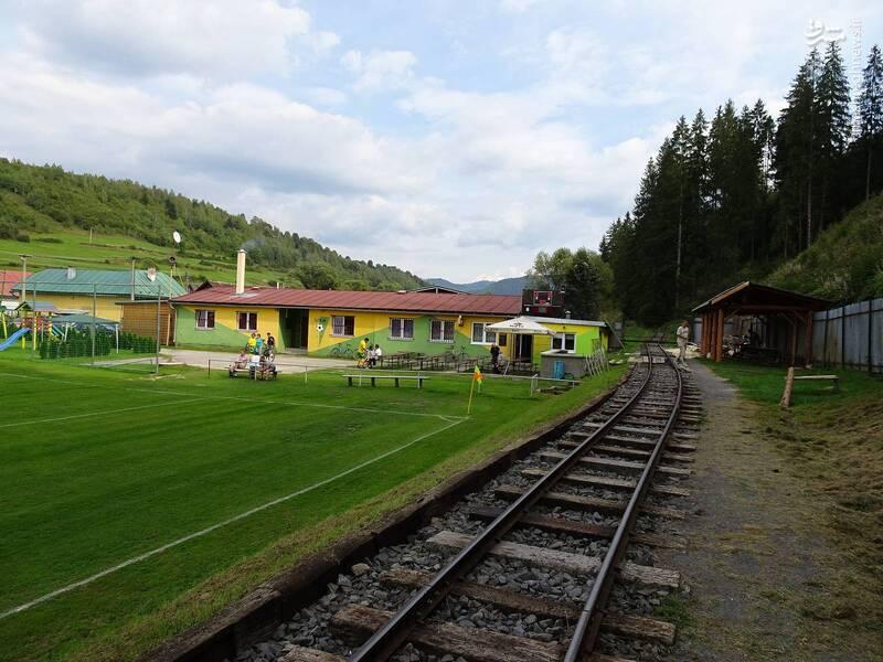 قطاری که از داخل استادیوم فوتبال عبور می کند