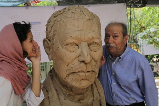 هیجان علی نصیریان از دیدن مجسمهاش+عکس
