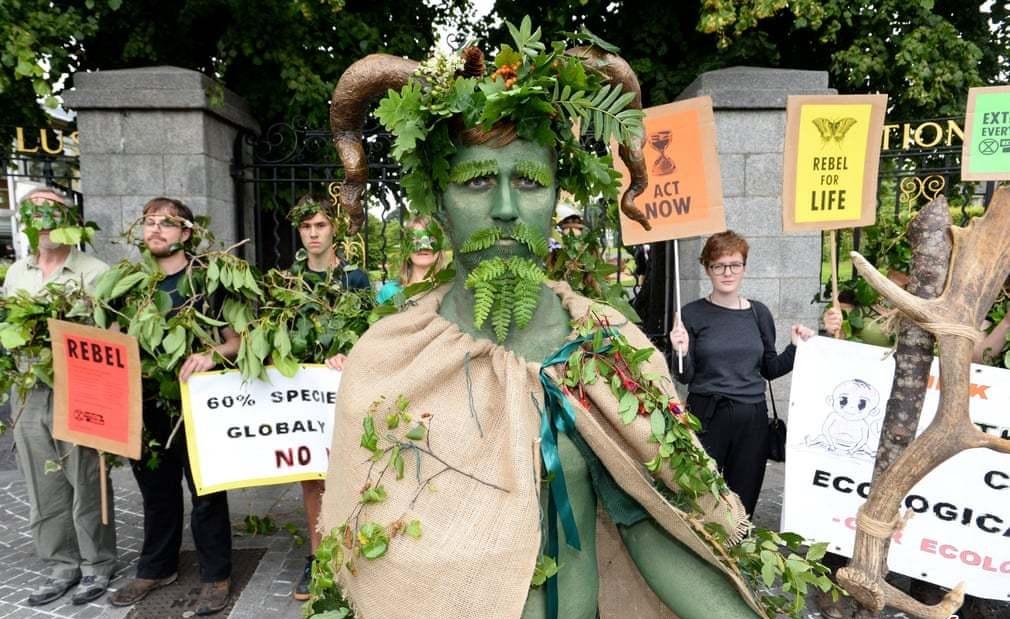 گریم عجیب یک معترض +عکس