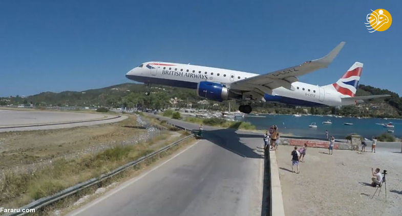 عبور میلیمتری هواپیماها از روی گردشگران+عکس