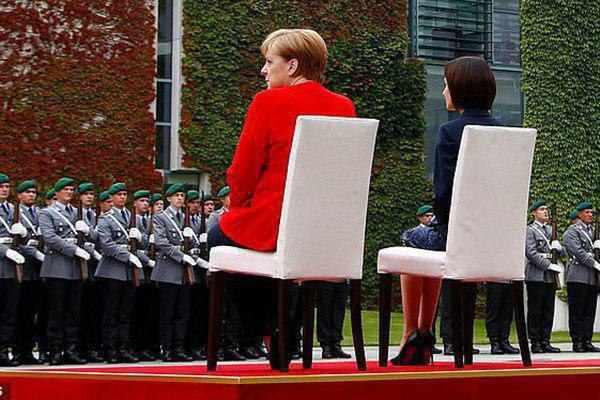 مرکل باز هم نشسته از یک مهمان خارجی استقبال کرد + عکس