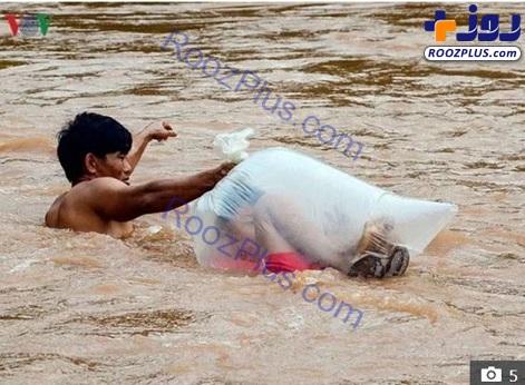 عبور عجیب دانش آموزان درون کیسه پلاستیکی از رودخانه+ تصاویر