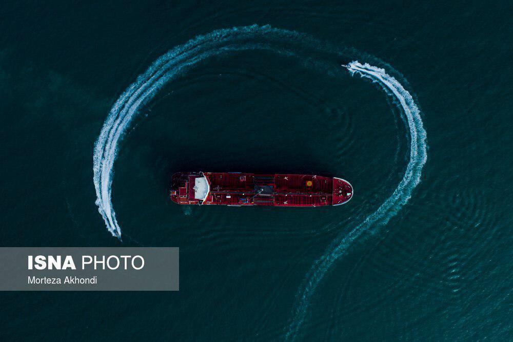 مانور قایقهای تندرو سپاه در اطراف نفتکش انگلیسی + عکس