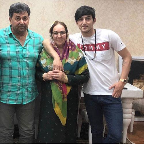 سردار آزمون در کنار پدر و مادرش +عکس