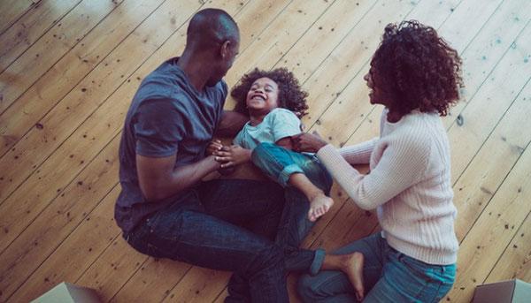 چرا قلقلک دادن بچهها کار خطرناکی است؟