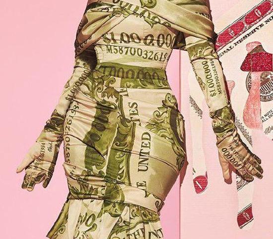 خشم کاربران از دختر مدلی که غرق پول شد+عکس