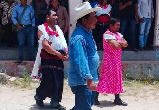 تنبیه سیاستمداران به سبک مکزیکی ها+تصاویر