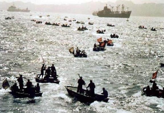 اسکورت نفتکش در تنگه هرمز توسط صدها قایق جنگی آمریکا + عکس