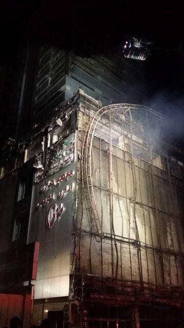 تصاویری از آتشسوزی گسترده در یک مجتمع تجاریِ تهران