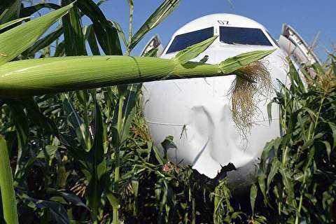 فرود اضطراری هواپیمای روسی وسط مزرعه