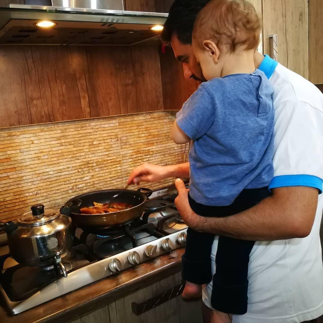 آشپزی کردن آقای وزیر برای خانوادهاش +عکس