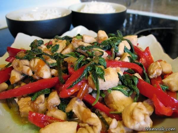 مرغ و ریحان سرخ شده تایلندی