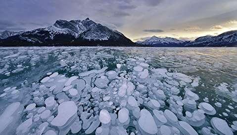 دریاچه ای با میلیون ها حباب یخ زده!