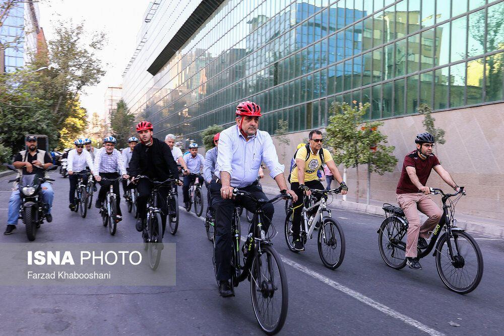 دوچرخه سواری حناچی در روز جنجالی شهرداری تهران + عکس