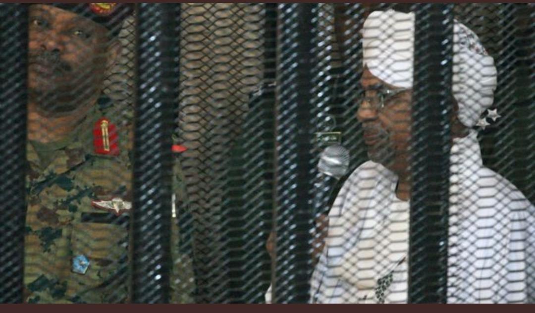 تصویر عمر البشیر رییس جمهور سابق سودان در قفس فولادی
