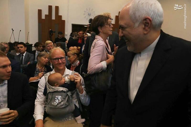 تصویری جالب از حاشیه جلسه ظریف با محققان سوئدی