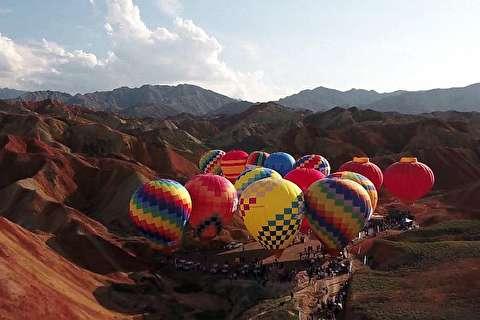 پرواز ۱۰۰ بالن رنگی در چین