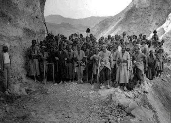 عکسی قدیمی از ساخت جاده چالوس