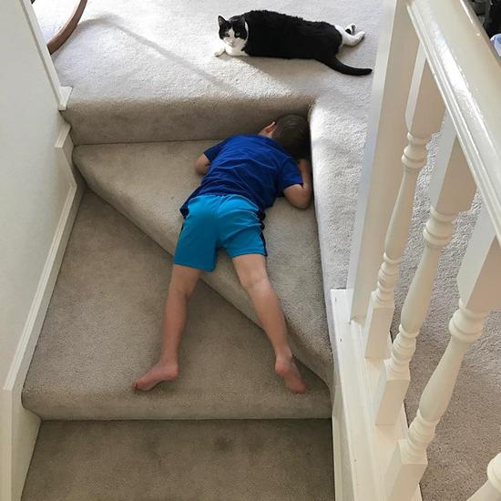 تصاویر بامزه از خوابیدن بچهها در جاهای غیرعادی