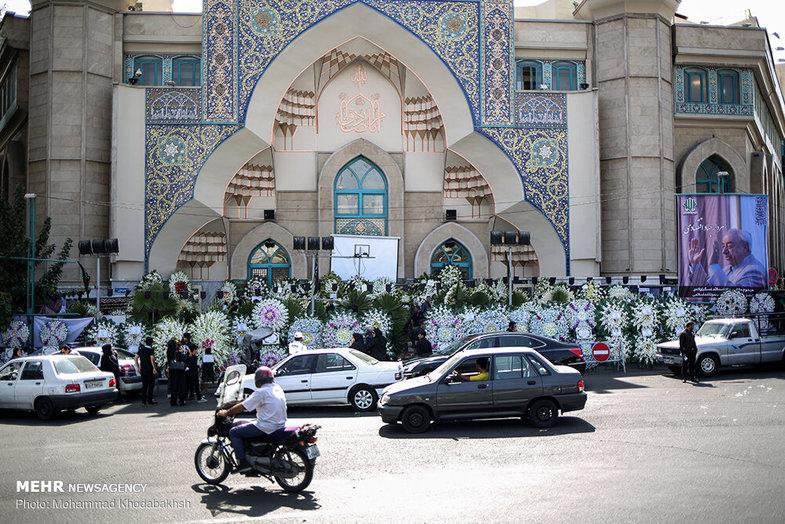 تاج گل در مراسم ختم عسگراولادی سوژه خبرنگاران شد +عکس