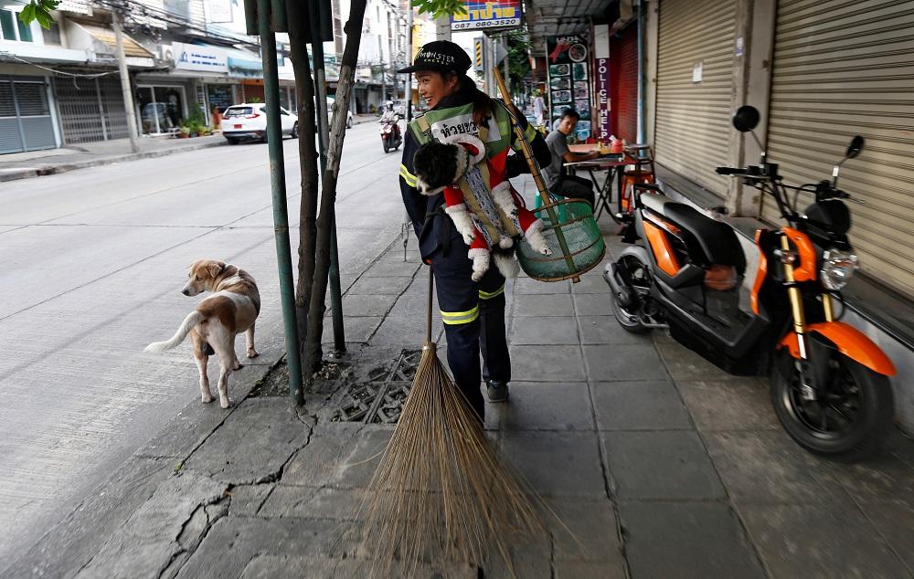 همراه عجیب کارگر شهرداری در تایلند