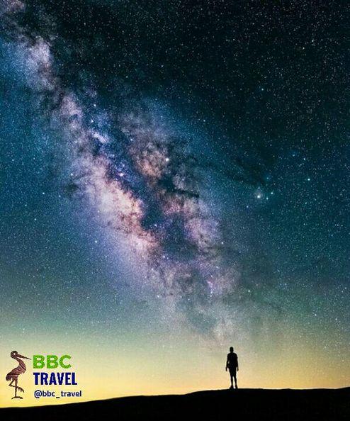 یک مرد در مقابل کهکشان راه شیری +عکس