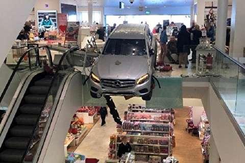 ورود عجیب مرد عصبانی با خودرو به داخل مجتمع تجاری!