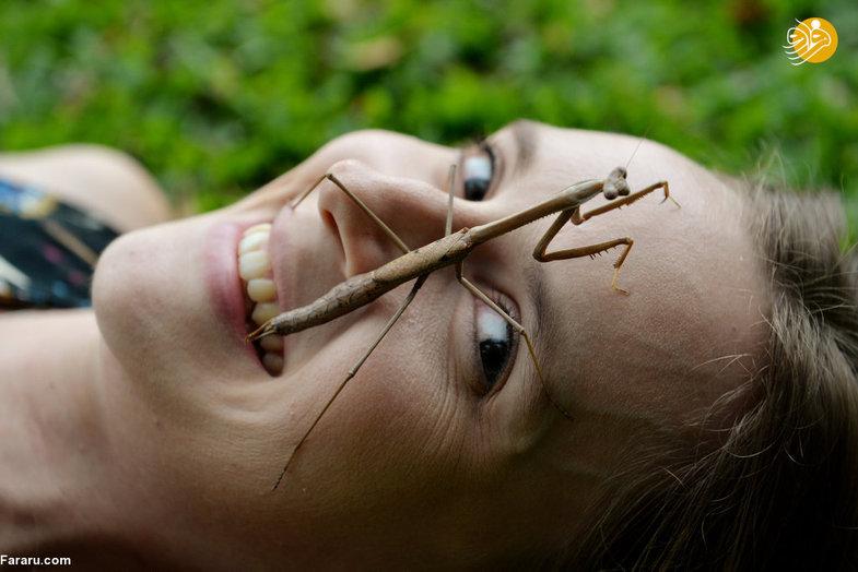 دختری که با راه رفتن حشرات روی صورتش آرامش میگیرد+عکس