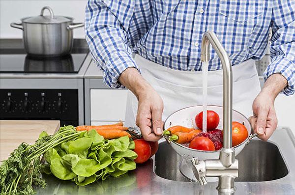 ضد عفونی کردن سبزیجات با این محلول خانگی