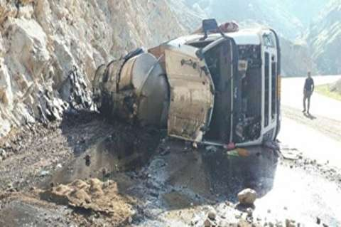 سرقت خطرناک سوخت از تانکر واژگون شده