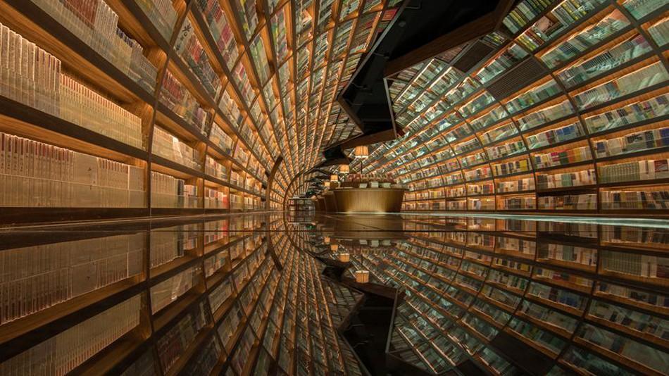 کتابفروشی چینی با معماری داخلی بینظیر که آن را شبیه تونل بیپایانی از کتاب میکند