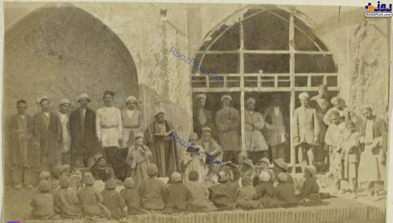 دانش آموزان یک مکتب خانه در دوران قاجار + عکس
