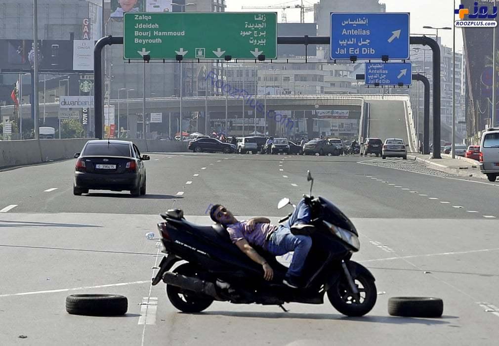 اعتراض عجیب جوان لبنانی با موتورسیکلت در بزرگراه +عکس