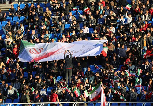 اقدام زیبای هواداران مشهدی برای حفظ اتحاد ملی +عکس