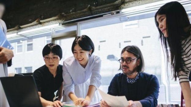 از زنان ژاپنی خواسته شده برای 'زنانهبودن' در محل کار عینک نزنند
