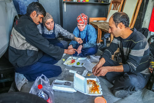 کیانا و نیلوفر؛ دختران مکانیکِ ایرانی