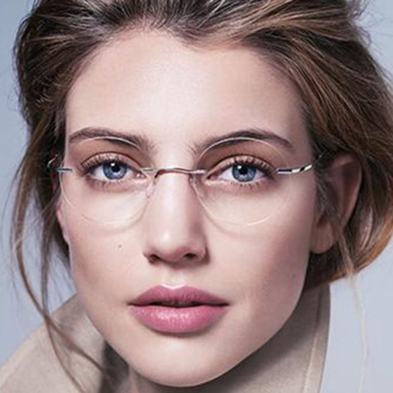 خانم ها؛ برای «زنانه بودن» در محل کار عینک نزنند!