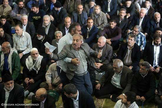 نمازگزاری که به دلیل اعتراض اخراج شد +عکس